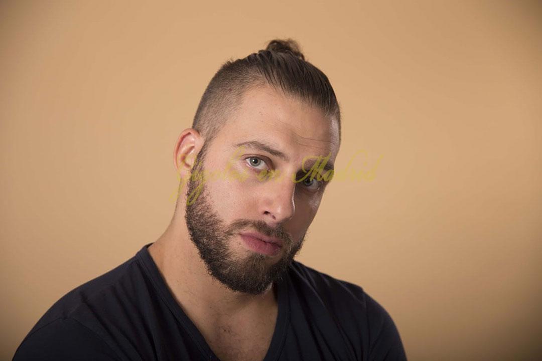 Gigoló rubio con ojos verdes. Brad